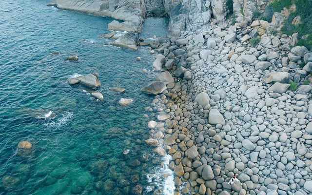 Bãi đá trứng trên đảo Bình Hưng